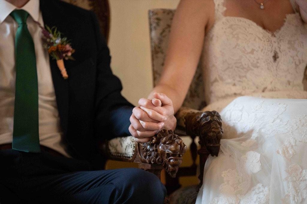 Händchen halten vor der Eheschließung, Hochzeit, Weingut Schloss Reinhartshausen, Hauptstraße 39, 65346 Eltville am Rhein