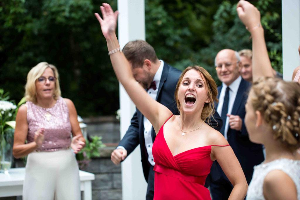 Hochzeitsfotograf, Steffens Herrenmühle - Herrenmühle 4, 3755 Alzenau, Hochzeitsreportage, Hochzeitsfotos, Jubel auf der Hochzeit, Hochzeitsaufnahmen der Gäste beim tanzen und jubeln