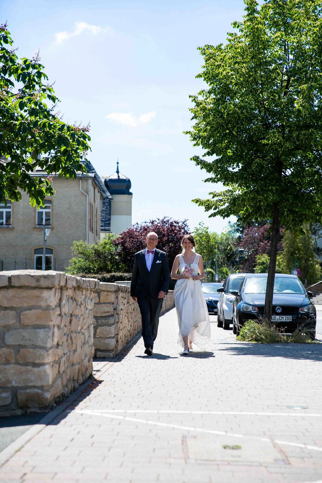 Hochzeitsfotograf, Hochzeitsreportage, Hochzeitslocation Schloss Schönborn Rheingau, Winkeler Str. 64, 65366 Geisenheim, Braut kommt mit Papa, Vater der Braut, weg zum Altar