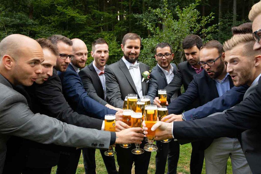 Anstoßen auf die nächste Hochzeit, Bier an der Hochzeit, Hochzeitsbier, Bräutigam und seine Kumpels