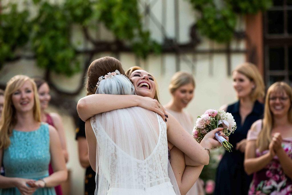 Umarmung der Braut, Umarmung der Gewinnerin, Strauß gefangen