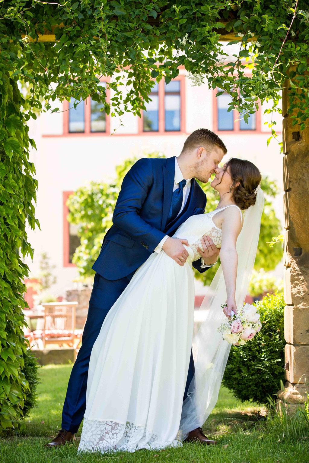 Filmkuss Ehepaar Hochzeitspaar, Filmkuss Braut und Bräutigam, spektakulärer Kuss Brautpaar fotografiert