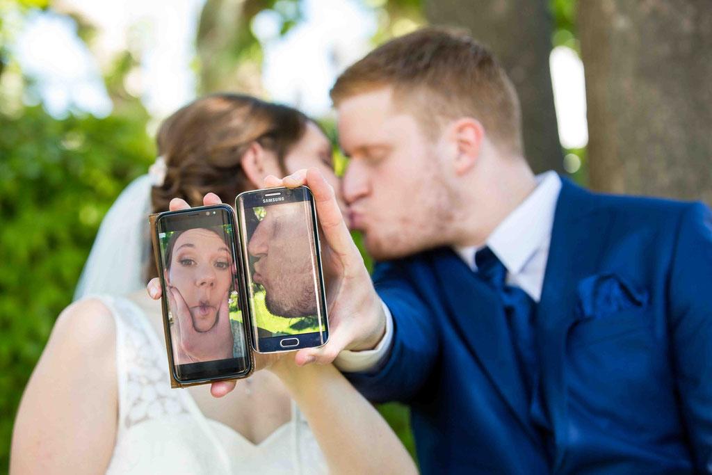 lustige Handybilder Brautpaar mit Handy, kreative Hochzeitsfotos