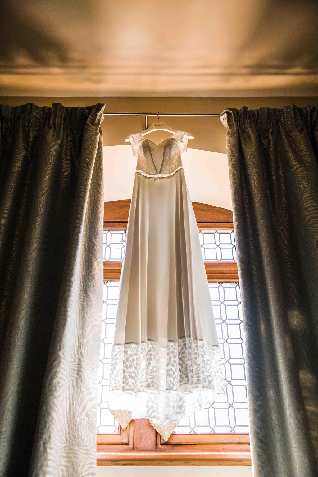 Hochzeitsfotograf, Hochzeitsreportage, Hochzeitslocation Schloss Schönborn Rheingau, Winkeler Str. 64, 65366 Geisenheim, Brautkleid im Gegenlicht, Hochzeitsfoto vom Brautkleid, tolles Foto vom Brautkleid, Brautkleid kreativ fotografiert