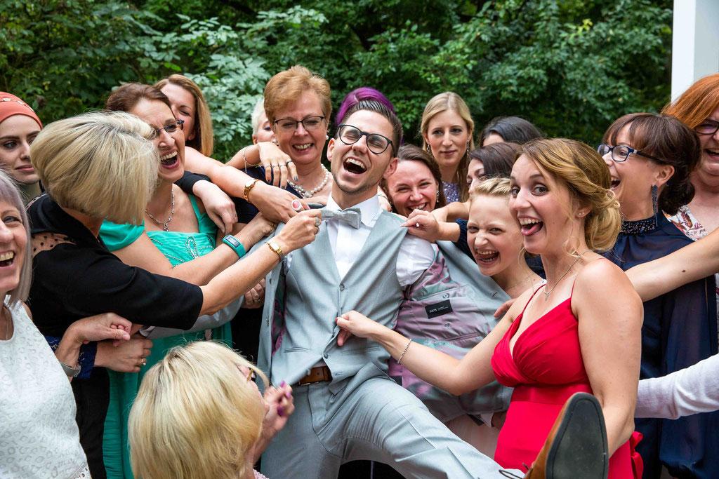 Bräutigam ist hinreißend, Hochzeitsgäste reißen sich um den Bräutigam