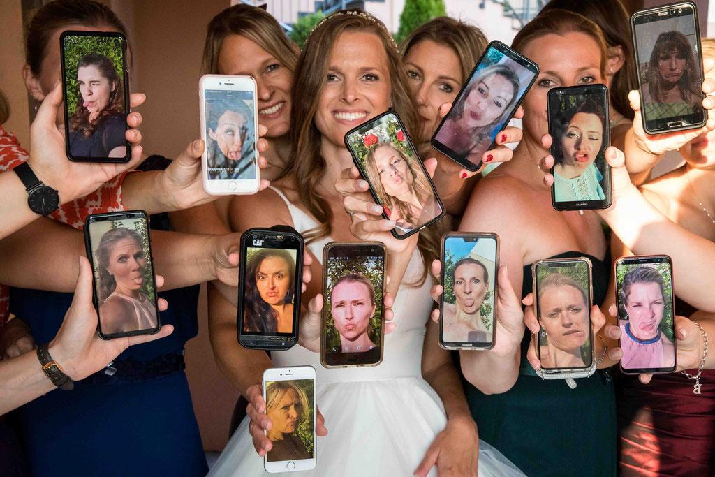 Hofgut Donnersberg, Außerhalb 3, 55578 Vendersheim, Hochzeitsfotograf, Hochzeitsbilder, Hochzeitsfoto, Paarbilder, Ehefoto, Hochzeitsreportage Hofgut Donnersberg, Hochzeitsbilder mit den Mädels, Handyfoto