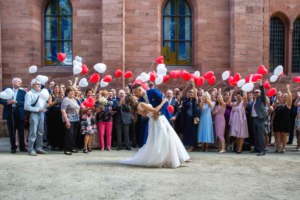 Hochzeitsgesellschaft Weststadtbar Darmstadt, Kirche Darmstadt Hochzeit, Brautpaar tanzt, Hochzeitsfotograf für Hochzeitsgruppen
