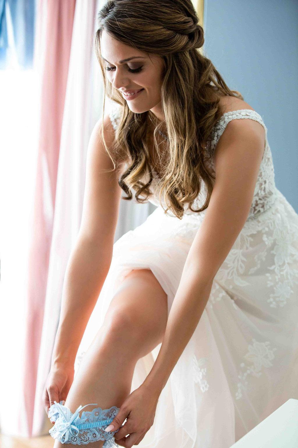 Brautschuh anziehen, elegante und außergewöhnliche Hochzeitsfotos