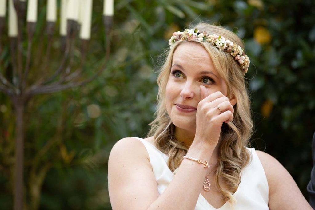 Tränen der Freude auf deiner Hochzeit, Braut weint vor Glück, Hochzeitsfotograf Heidesbacher Mühle