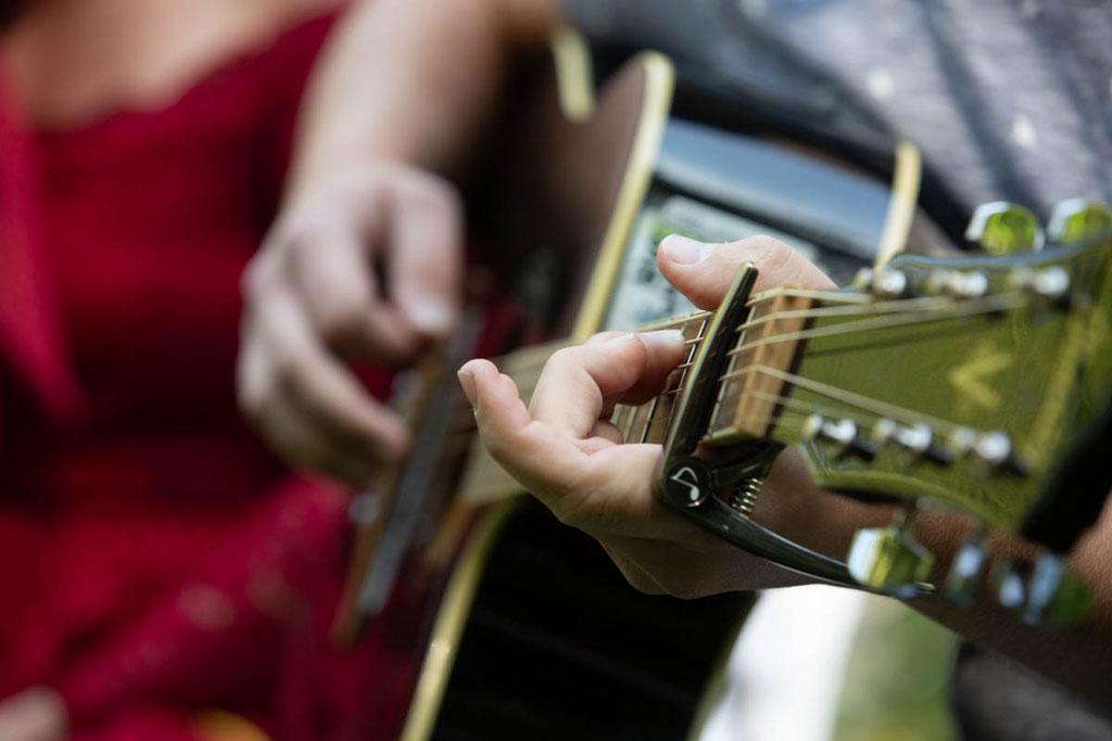 Hochzeitsband, Gitarrist auf der Hochzeit, Hochzeitsmusik, Hochzeitslied spielen bei der Trauung Fotos