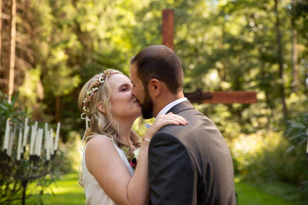 Hochzeitslocation Heidersbacher-Mühle 1, 74834 Elztal, Hochzeitsfotograf, Hochzeitsbilder, Hochzeitsreportage, Endlich Ehepaar, Hochzeitskuss, Ehe eingehen, Kuss der Liebe an der Hochzeit