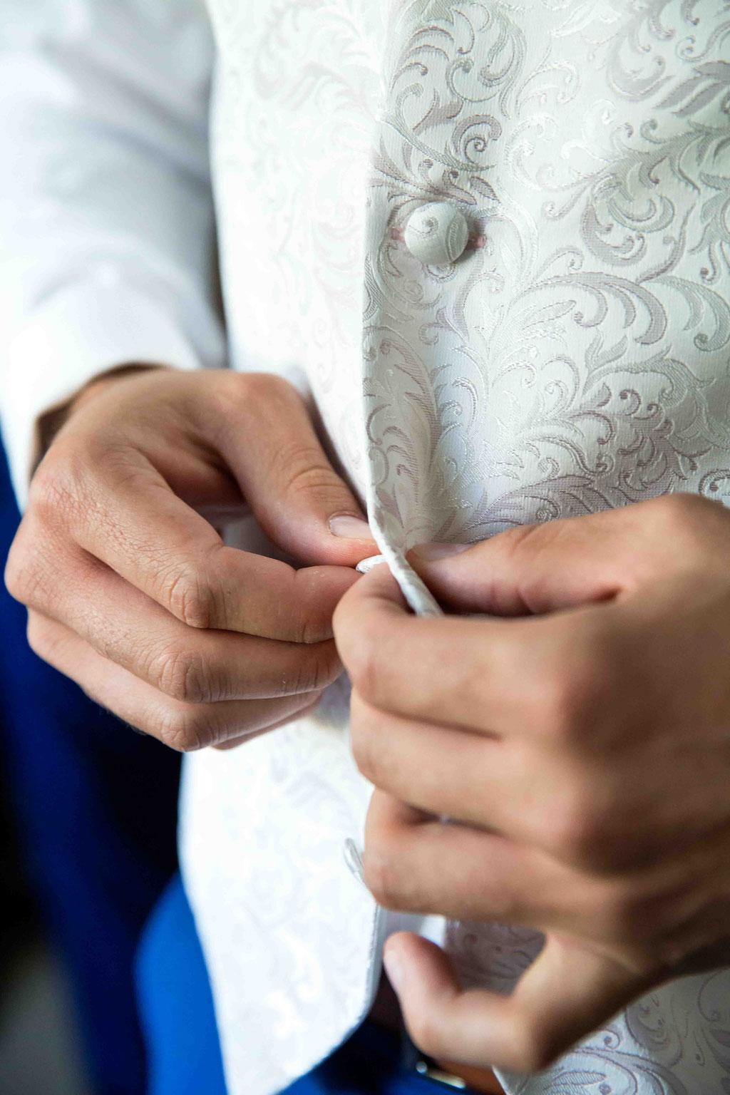 Bräutigam zieht sich an, Getting Ready Bilder an der Hochzeit