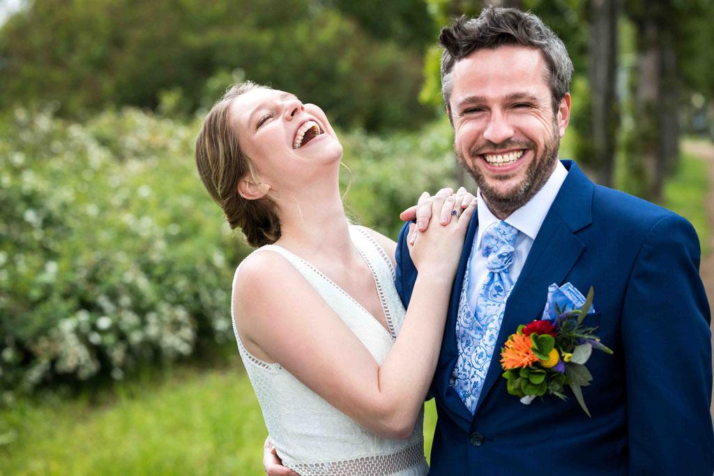 Lachendes Hochzeitspaar, www.Hochzeitsfotograf-Hattersheim.de, Traumhafte Hochzeitsbilder, Spaß mit dem Hochzeitsfotograf