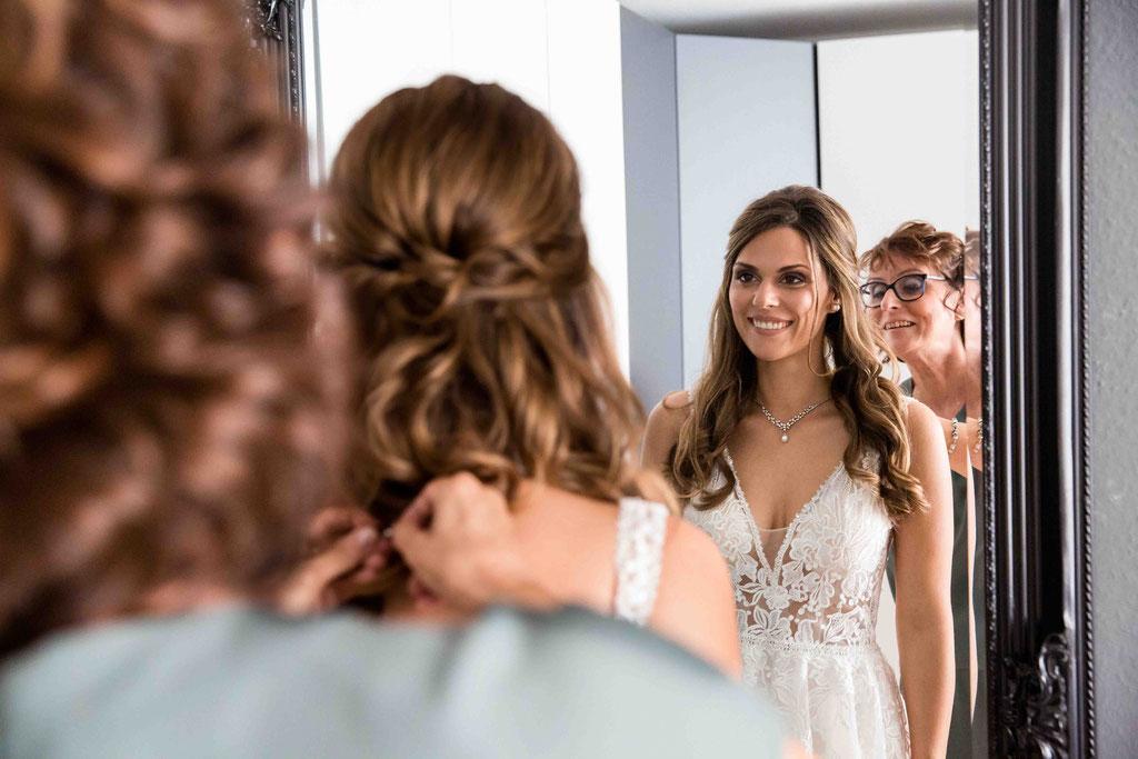 Der Braut den Brautschmuck anlegen, Mutter der Braut, Hochzeitsfotos beim ankleiden