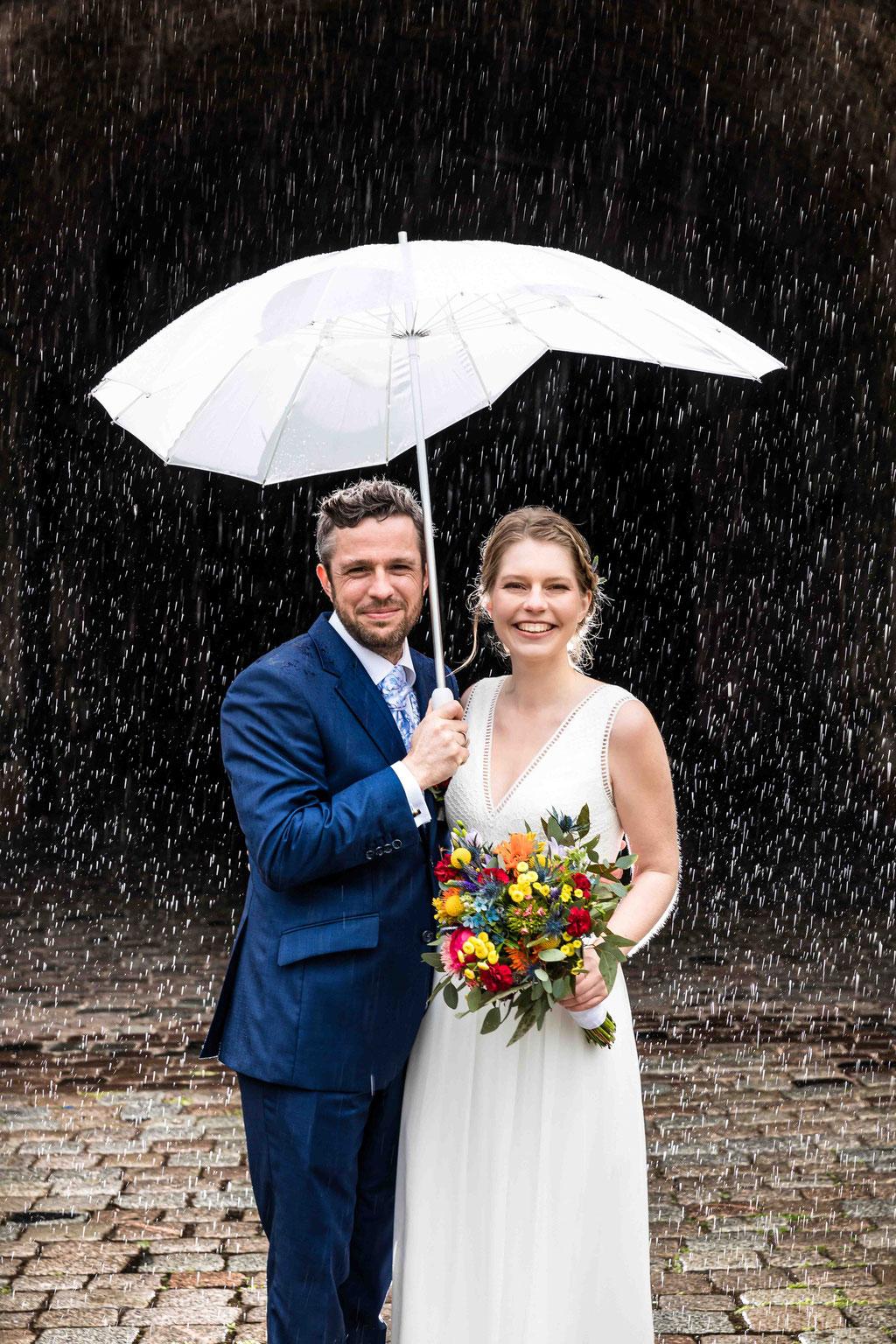 Regenhochzeit, Hochzeit im Regen, Hochzeit Reduit Mainz-Kastel Wiesbaden, Hochzeitsfotos im Regen, Hochzeitsbilder bei Regen, Hochzeitsfotograf Mainz-Kastel Reduit, Standesamt Mainz-Kastel