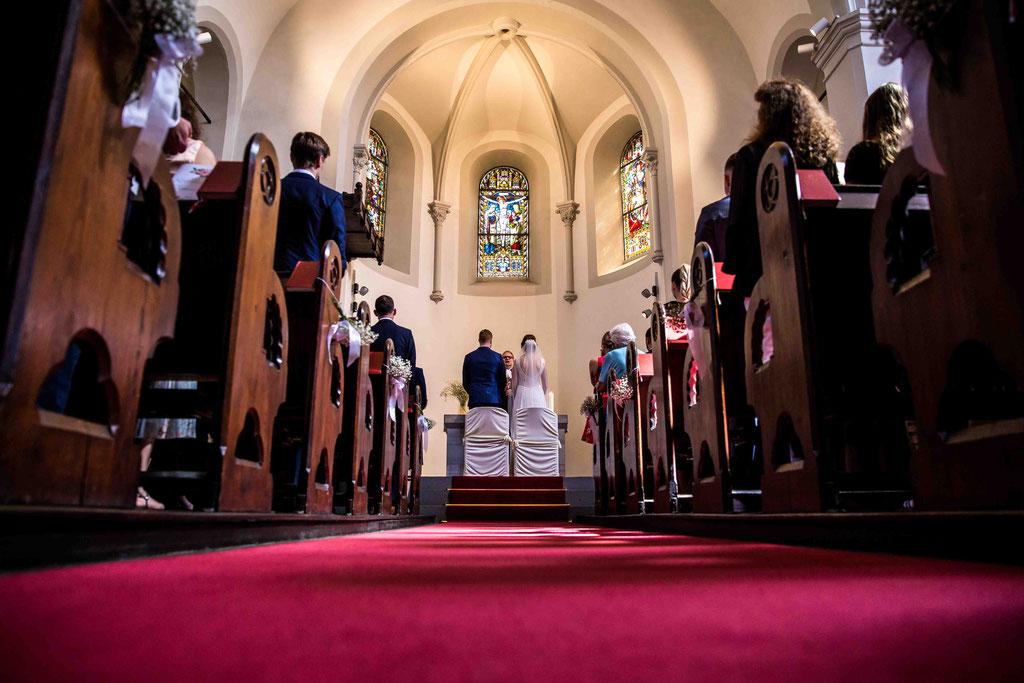 Hochzeitsfotograf, Hochzeitsreportage, Hochzeitslocation Schloss Schönborn Rheingau, Winkeler Str. 64, 65366 Geisenheim, Mittelgang Kirche Hochzeit, Kirchliche Trauung, Hochzeitsbilder kirchliche Trauung
