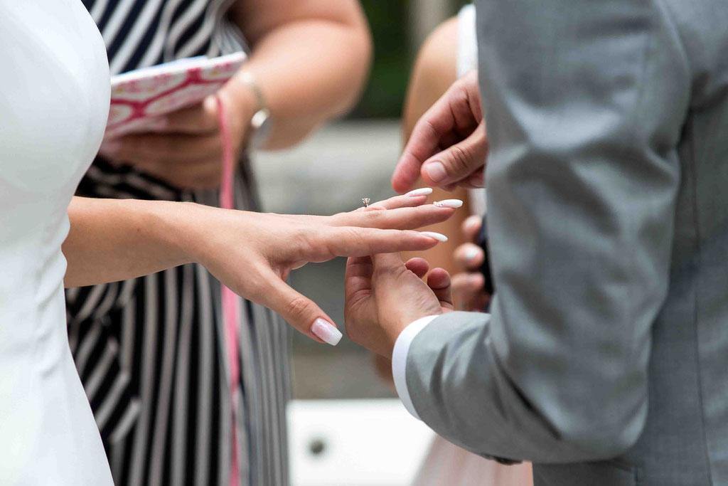 Hochzeitsfotograf, Steffens Herrenmühle - Herrenmühle 4, 3755 Alzenau, Hochzeitsreportage, Hochzeitsfotos, Ring anstecken Hochzeit, Ehering anstecken an den Finger, Hochzeitsbilder vom Anstecken des Rings