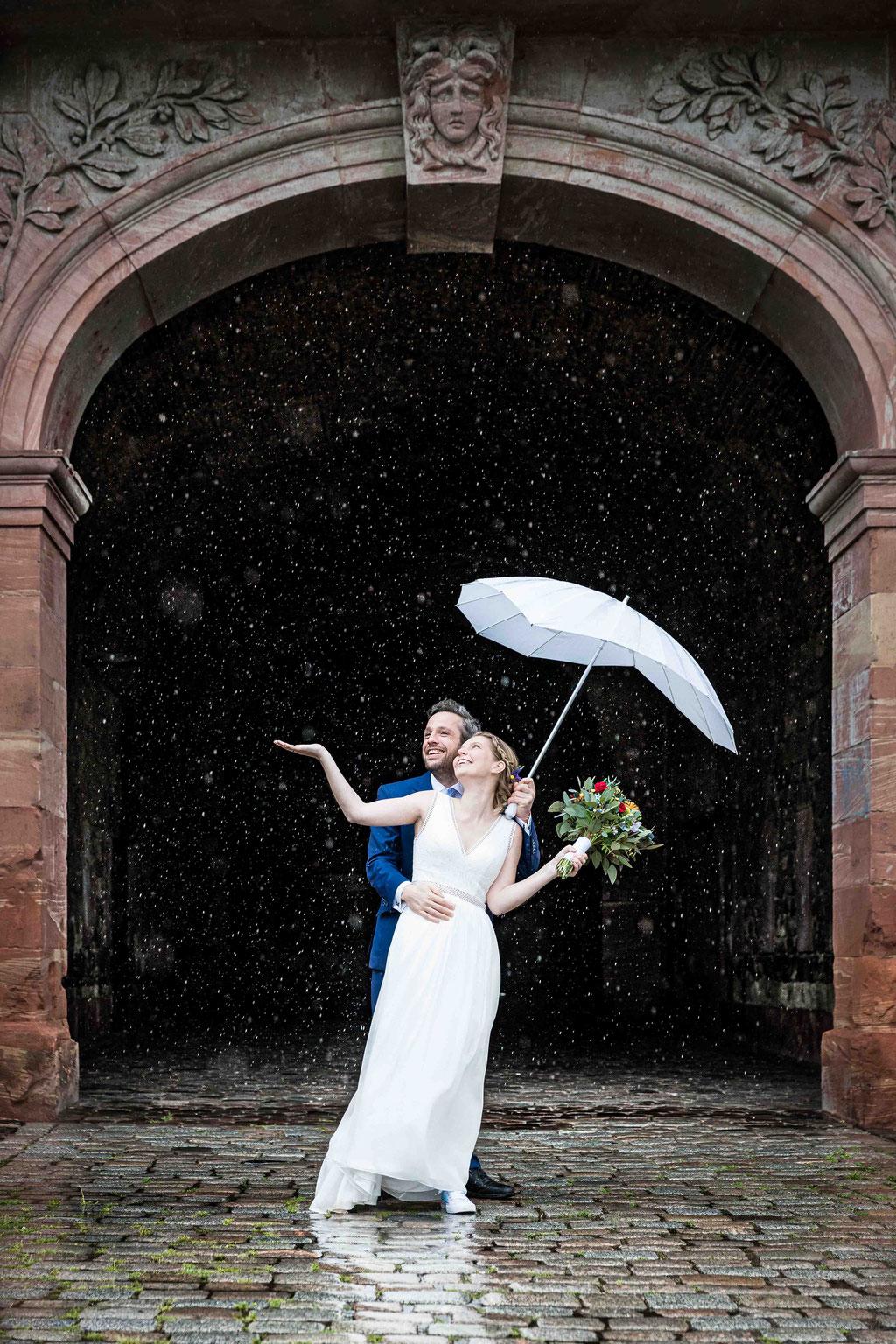 Regenfotos mit Brautpaar, Regenfotos an der Reduit mit Hochzeitspaar, Hochzeit im Regen, Hochzeit Reduit Mainz-Kastel Wiesbaden, Hochzeitsfotos im Regen, Hochzeitsbilder bei Regen, Hochzeitsfotograf Mainz-Kastel Reduit, Standesamt Mainz-Kastel