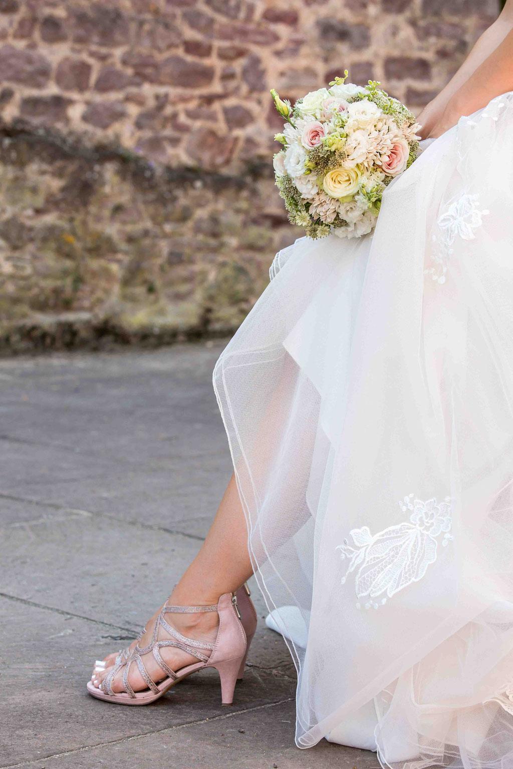 Brautkleid Bilder, Fotos vom Brautstrauß, Inszenierung Brautkleid und Brautstrauß, tolle Aufnahmen unserer Hochzeit