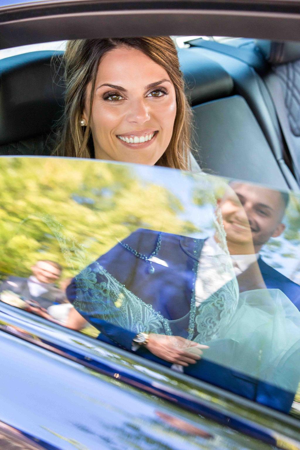 Hochzeitsfoto von der Braut im Auto, Hochzeitsbild vom Bräutigam in der Spiegelung, Hochzeitsauto Hochzeitsfotografien