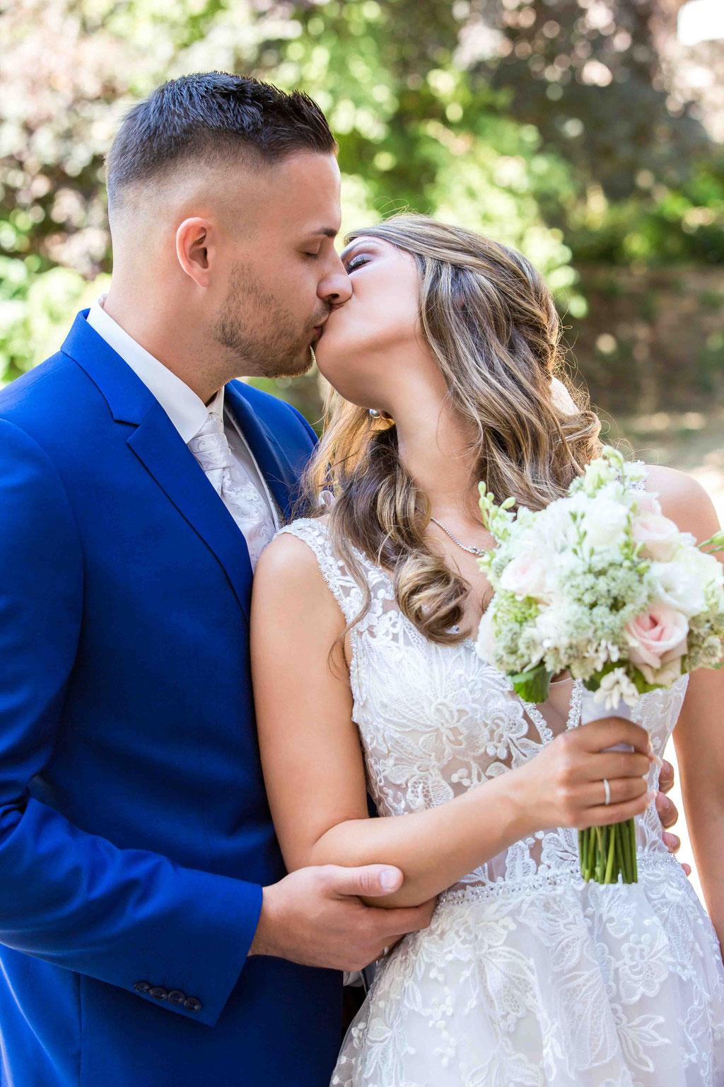 Küssendes Brautpaar, Hochzeitsbilder Paarfotos, Hochzeitsfotos Paarbild, Ehebild, Ehefoto, Brautstrauß