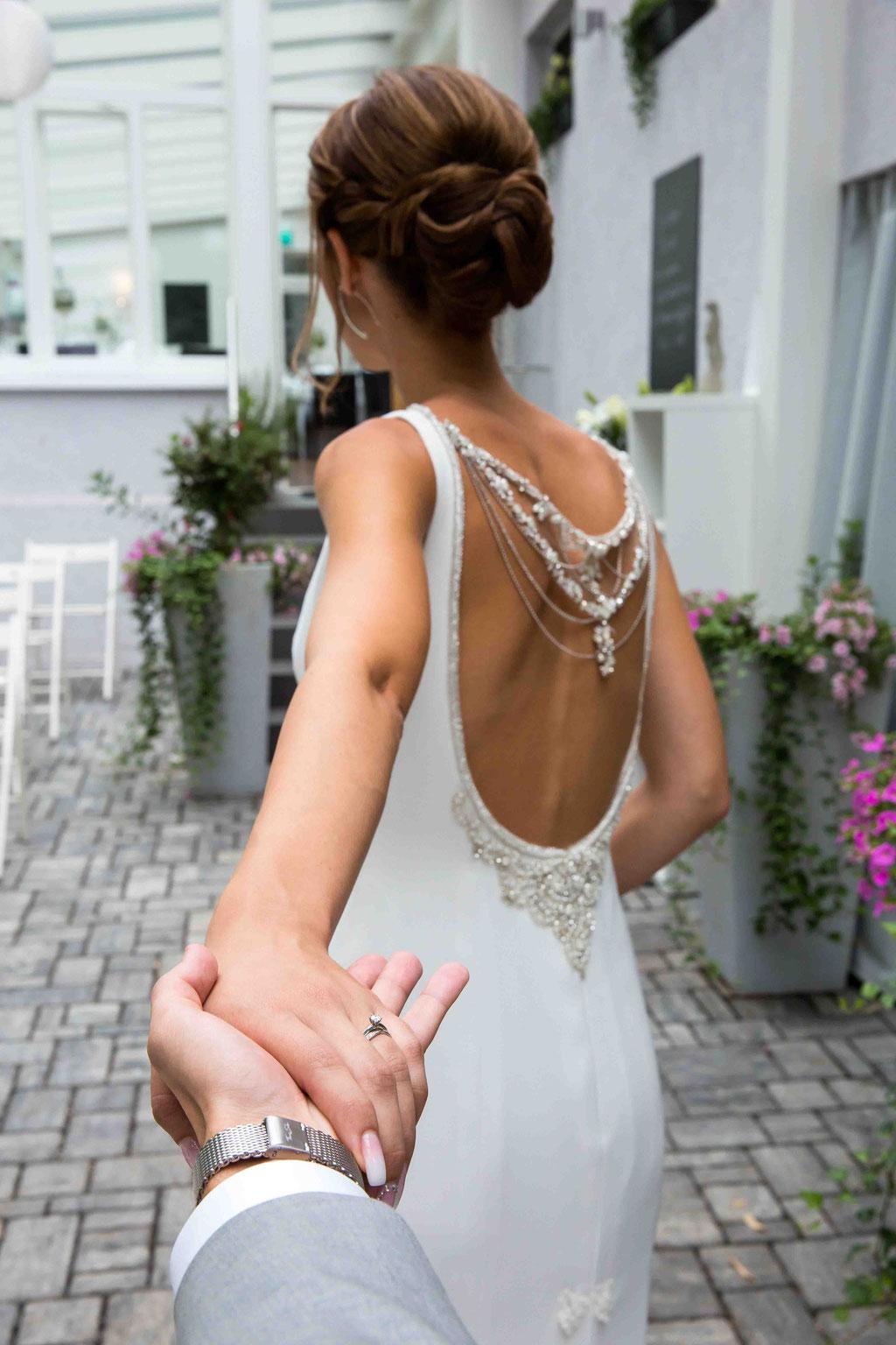 Bräutigam an der Hand, Bildideen für Brautpaare, Hochzeitspaar Bildideen zum sammeln