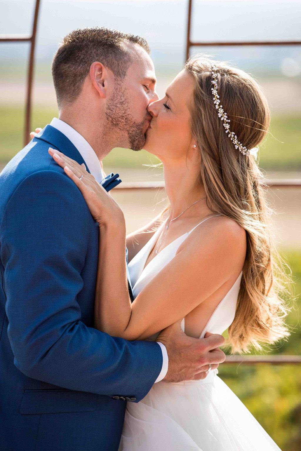 Hofgut Donnersberg, Außerhalb 3, 55578 Vendersheim, Hochzeitsfotograf, Hochzeitsbilder, Hochzeitsfoto, erste Kuss bei der freien Trauung