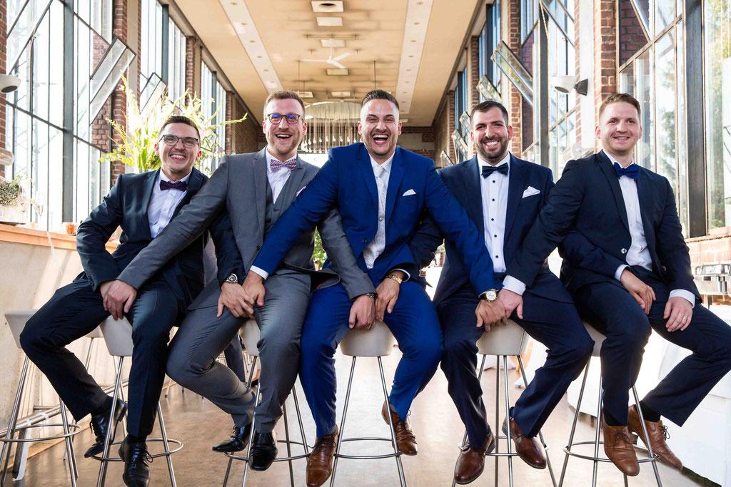 Hochzeit: Weststadtbar Darmstadt, Mainzer Straße 106, 64293 Darmstadt - Hochzeitsfotograf, Gruppenaufnahme Bräutigam und seine Männer, Best men und groom, Groomsmen