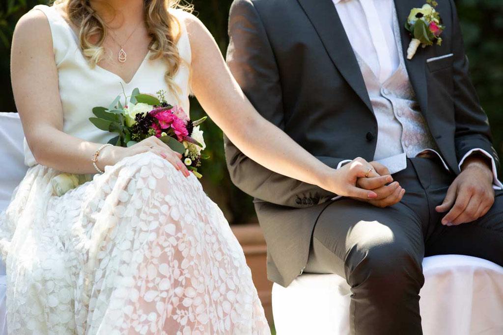 Hochzeitslocation Heidersbacher-Mühle 1, 74834 Elztal, Hochzeitsfotograf, Hochzeitsbilder, Hochzeitsreportage, Details, Händchen halten Brautpaar, Liebe durch Hände fotografieren