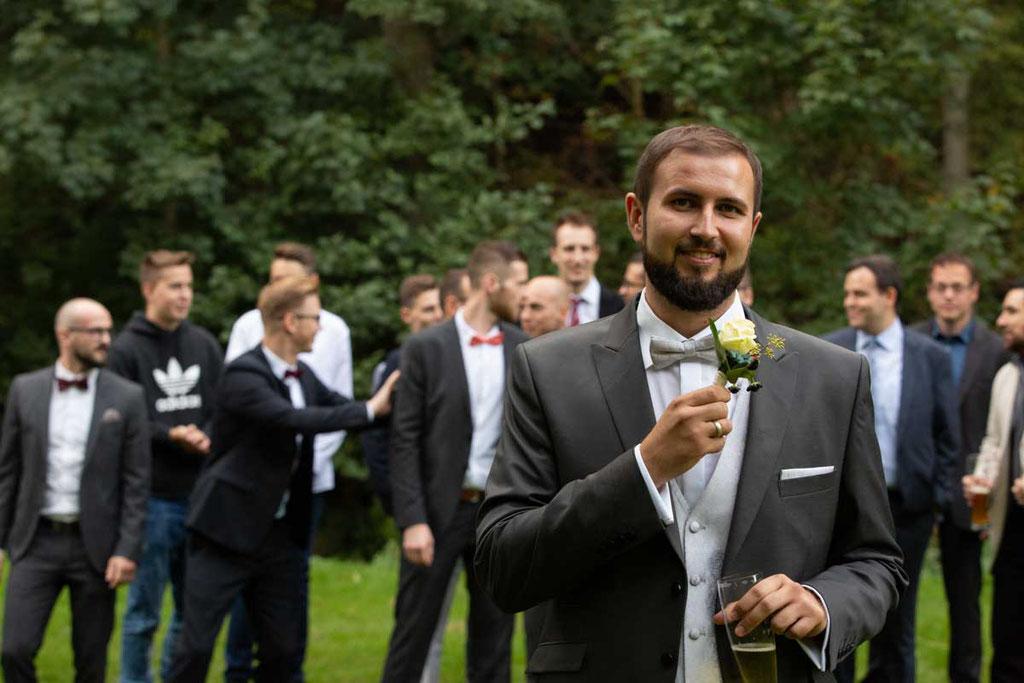Hochzeitslocation Heidersbacher-Mühle 1, 74834 Elztal, Hochzeitsfotograf, Hochzeitsbilder, Hochzeitsreportage, Bräutigam Blumenwurf, Tradition neu, Neue Tradition Ansteckblume werfen Bräutigam