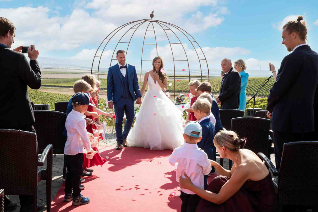 Hofgut Donnersberg, Außerhalb 3, 55578 Vendersheim, Hochzeitsfotograf, Hochzeitsbilder, Hochzeitsfoto, Aussicht Hofgut Donnersberg bei der freien Trauung