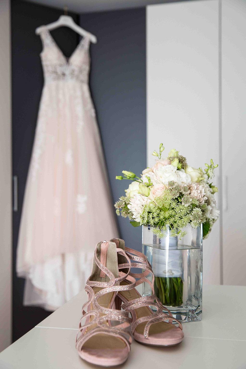 Getting Ready Hochzeitsbilder vom Hochzeitsfotograf Ralf Riehl, Brautkleid Fotos, Hochzeitsschuhe fotografiert, Hochzeitsstrauß in Bildern