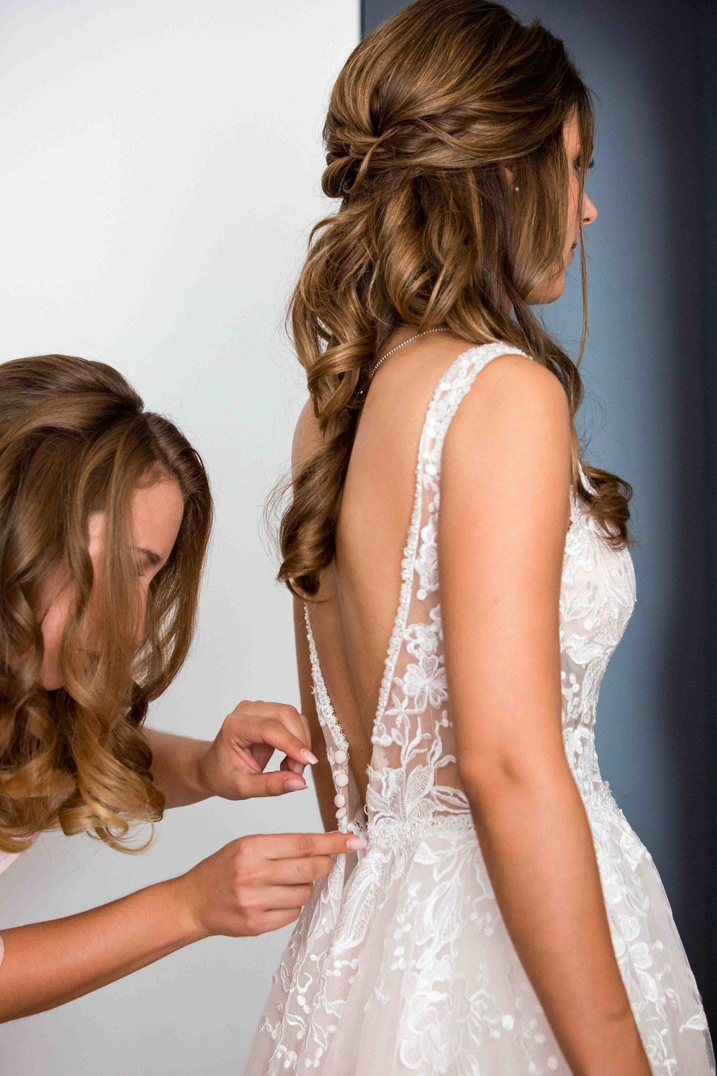 Hilfe beim Brautkleid anziehen durch Trauzeugin, Getting ready der Braut, Hochzeitstag Vorbereitungen