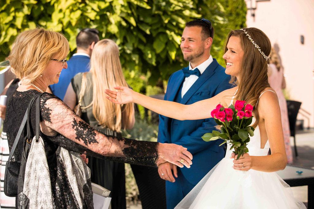 Hofgut Donnersberg, Außerhalb 3, 55578 Vendersheim, Hochzeitsfotograf, Hochzeitsbilder, Hochzeitsfoto, Glückwünsche nach der freien Trauung von der Brautmutter