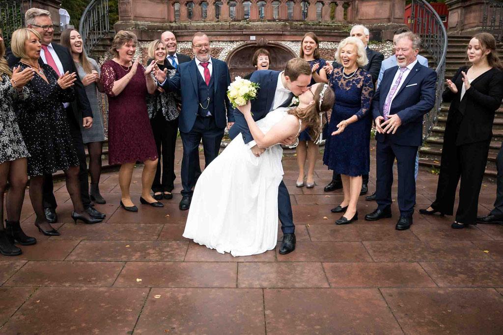 Standesamtliche Hochzeit, kreatives Gruppenfoto, Standesamt Höchst Bolongaropalast, Seilerbahn 2, 65929 Frankfurt am Main, Brautpaar im Emmerichpavillon Bolongaropalast