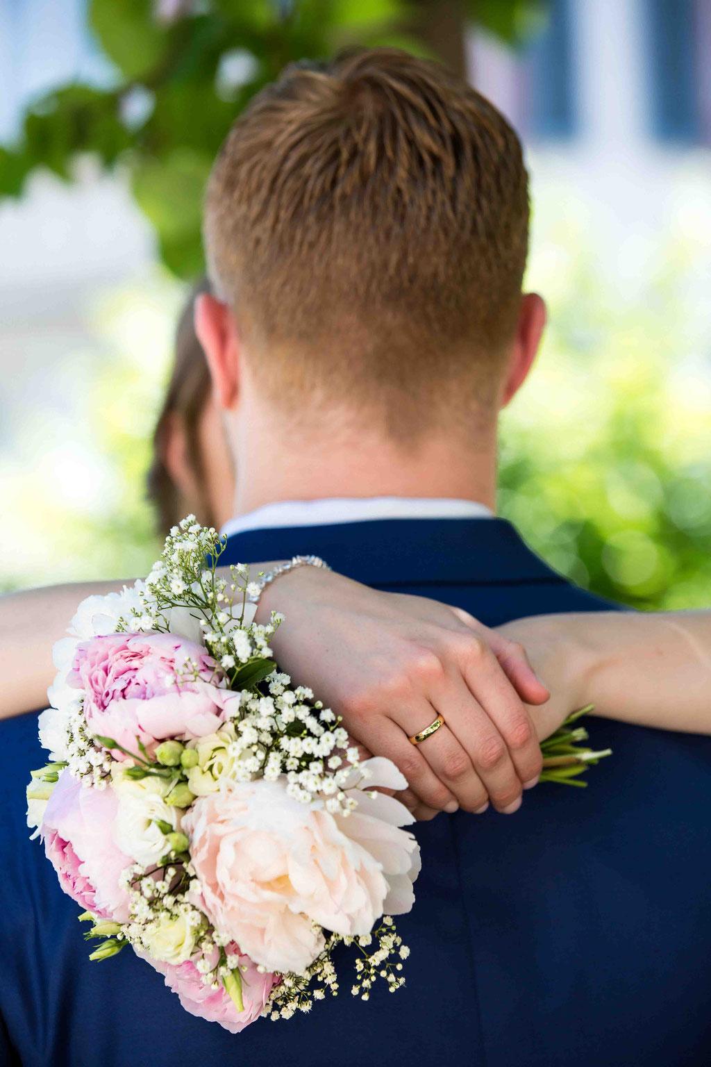 Hochzeitsfotograf, Hochzeitsreportage, Hochzeitslocation Schloss Schönborn Rheingau, Winkeler Str. 64, 65366 Geisenheim, Brautstrauß, Blumen an der Hochzeit fotografiert, Hochzeitsfoto vom Brautstrauß