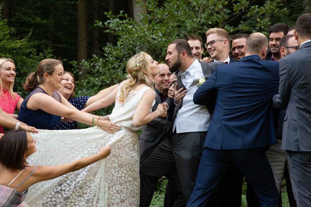 Lustige Hochzeitsbilder, Gruppenbilder inszeniert vom Hochzeitsfotograf, lebendige Hochzeitsbilder für Gruppen