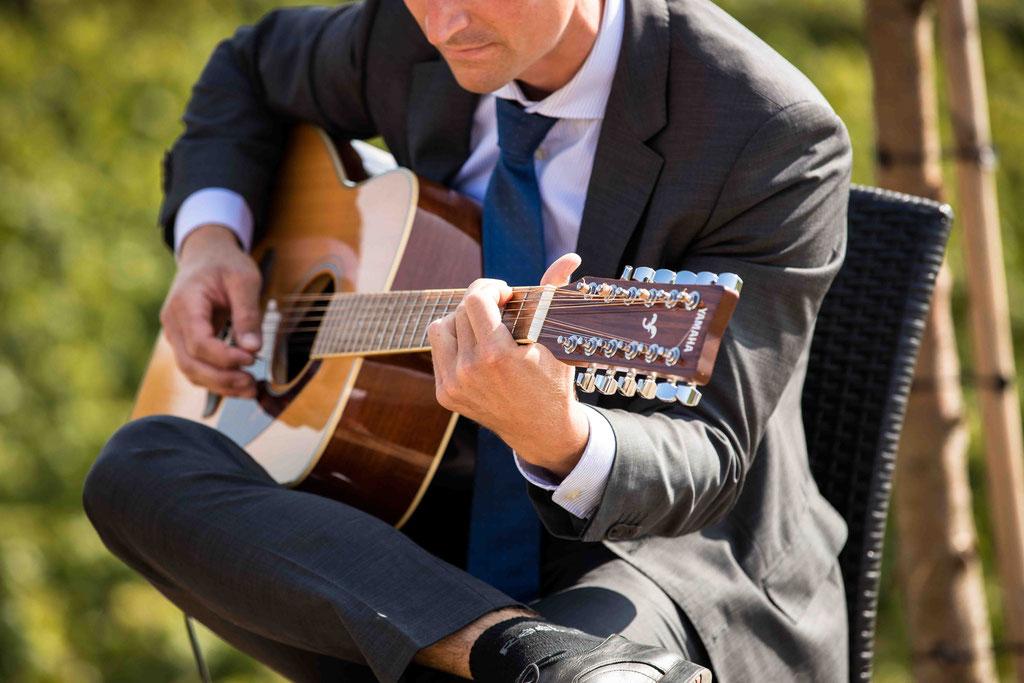 Hofgut Donnersberg, Außerhalb 3, 55578 Vendersheim, Hochzeitsfotograf, Hochzeitsbilder, Hochzeitsfoto, Gitarrenspiel freie Trauung