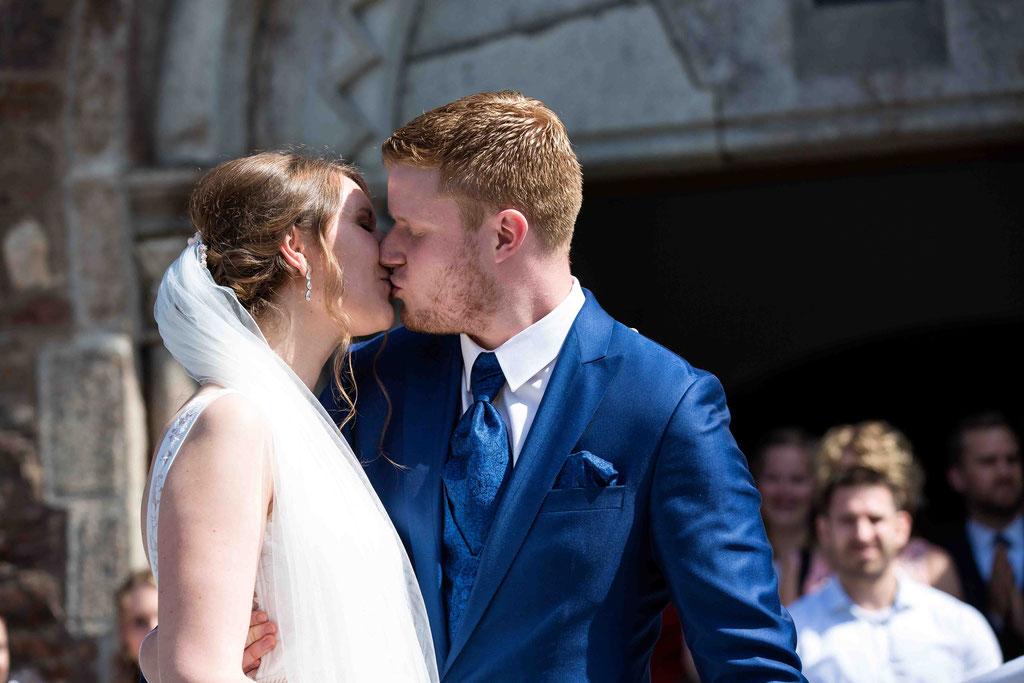 Hochzeitsfotograf, Hochzeitsreportage, Hochzeitslocation Schloss Schönborn Rheingau, Winkeler Str. 64, 65366 Geisenheim, Hochzeitskuss, Freude nach der Trauung, Glückwünsche