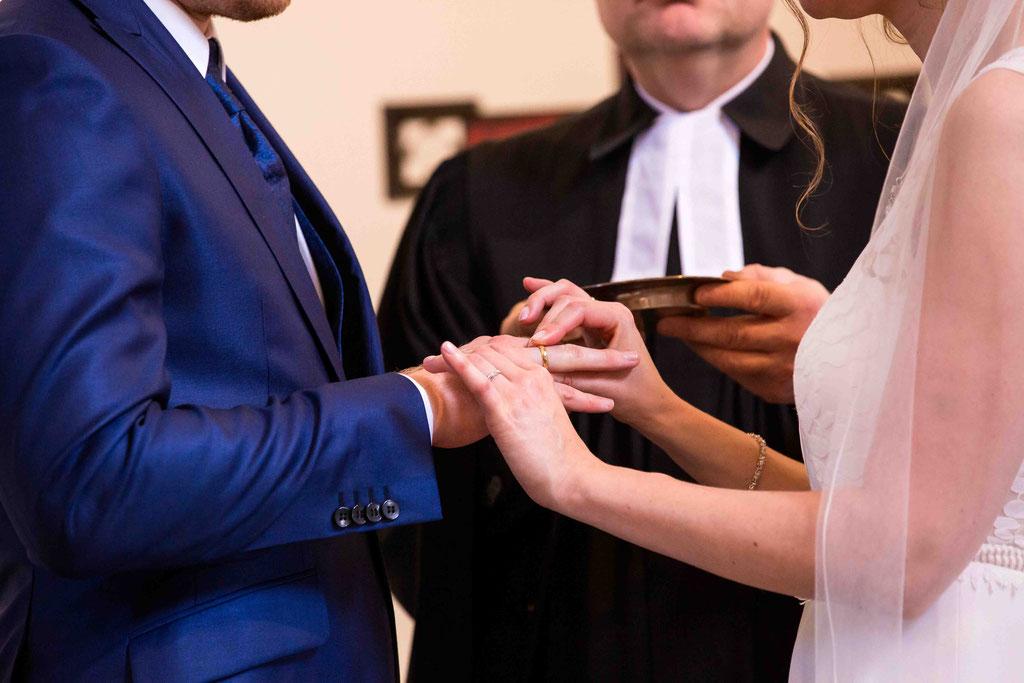 Eheringe anstecken, Anstecken der Ringe Hochzeit, hochzeitsfotos Ringtausch