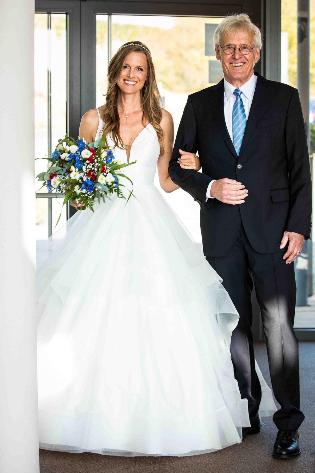 Hofgut Donnersberg, Außerhalb 3, 55578 Vendersheim, Hochzeitsfotograf, Hochzeitsbilder, Hochzeitsfoto, Brautvater und Braut auf dem Weg zu freien Trauung