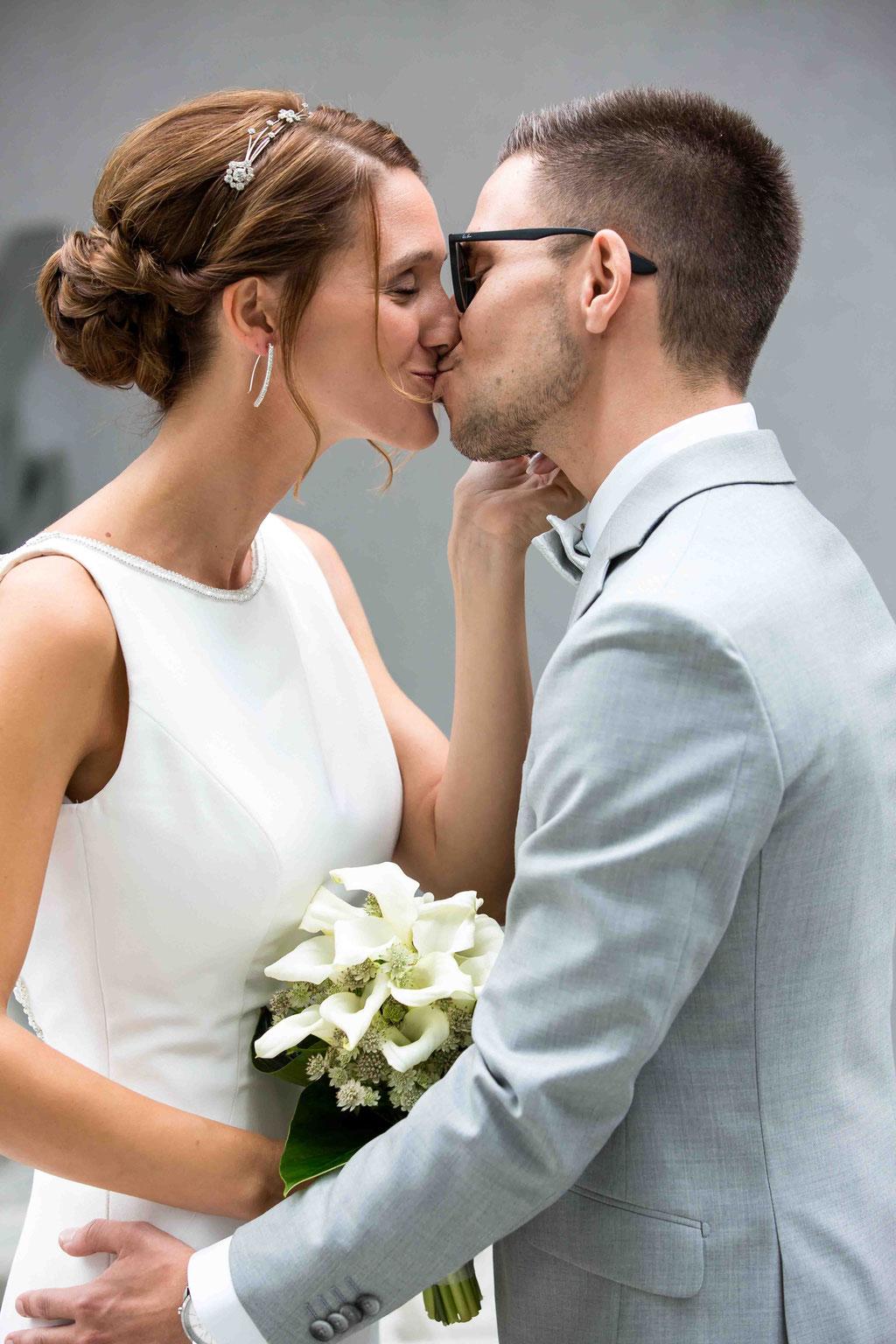 Innige Liebe Hochzeitsbild, Hochzeitsfoto liebendes Paar, Bilder des Hochzeitspaars, Hochzeitspaar Fotoshooting