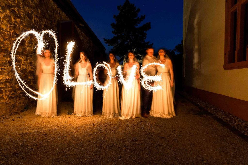 Schloss Schönborn Rheingau, Winkeler Str. 64, 65366 Geisenheim, Hochzeitsfoto, Hochzeitsfotograf, Wunderkerzen schreiben Love auf einer Hochzeit