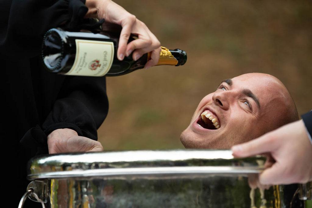 Hochzeitsfeier, trinken auf der Hochzeit, Hochzeitssekt, Trauzeuge betrunken