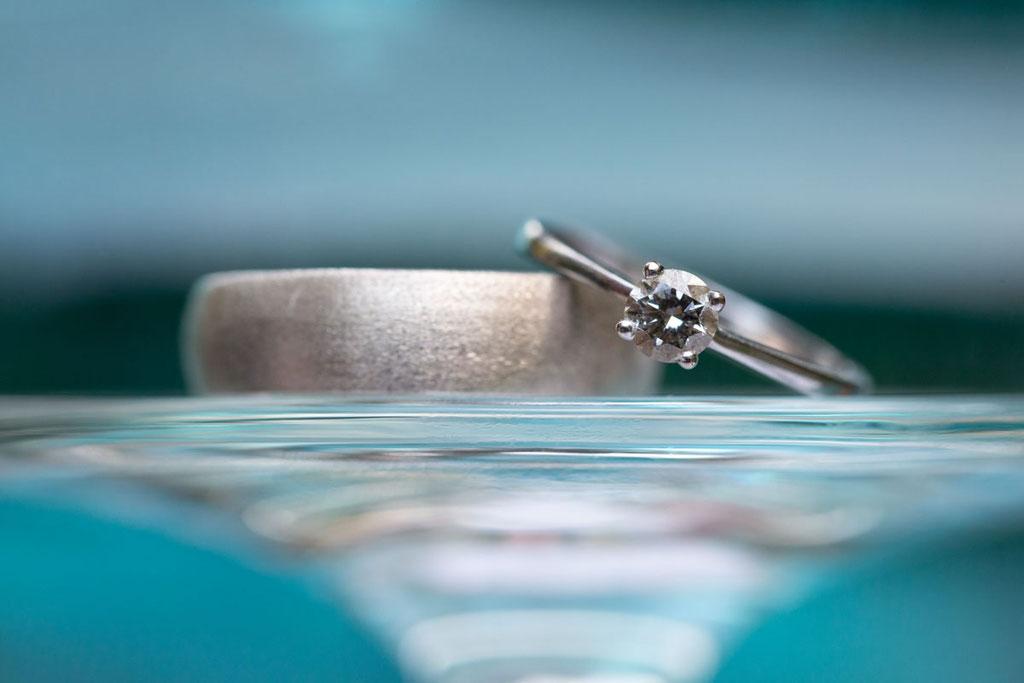 Ringbilder, Makroaufnahmen Ehering, Nahaufnahme Ringe, Nahaufnahme Eheringe, Ringe zur Hochzeit fotografiert vom Hochzeitsfotograf