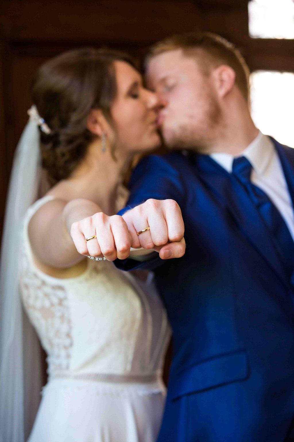 Liebe beim Ehepaar, Hochzeitspaar liebend, hochzeitspaar küssend, küssendes Paar