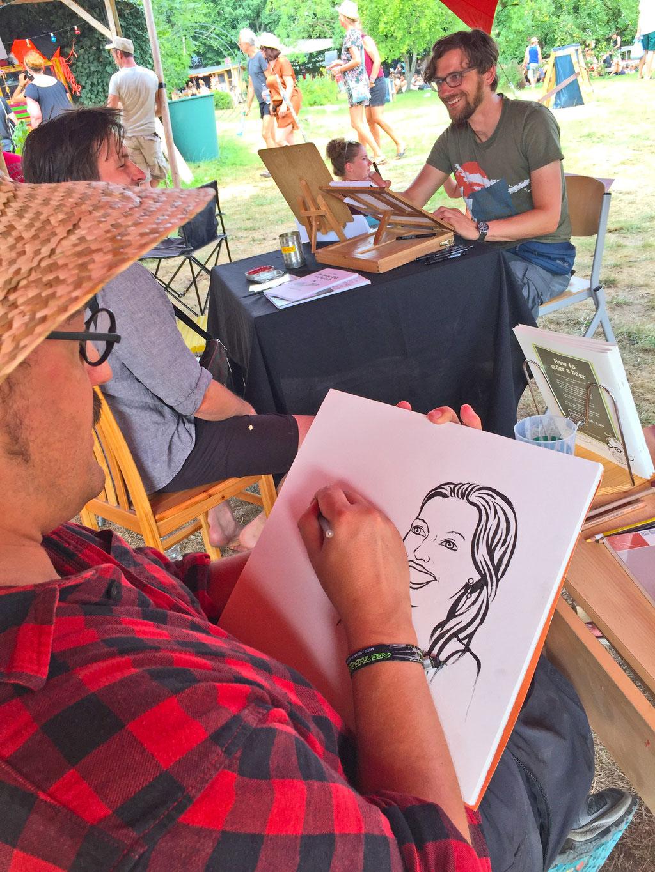Portraitzeichnen beim Off the Radar - Festival. Foto: Carsten Vitt