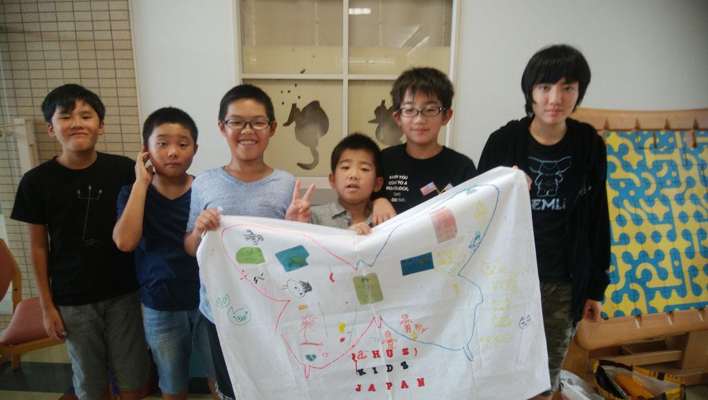 子ども達に旗を持ってもらいました