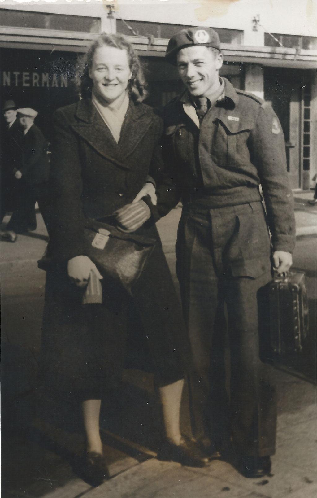 Al min of meer verloofd en dan 3,5 jaar in dienst moeten naar Indië. Op deze foto zijn m'n ouders weer herenigd. Trouw bleven ze elkaar: een lied waard!