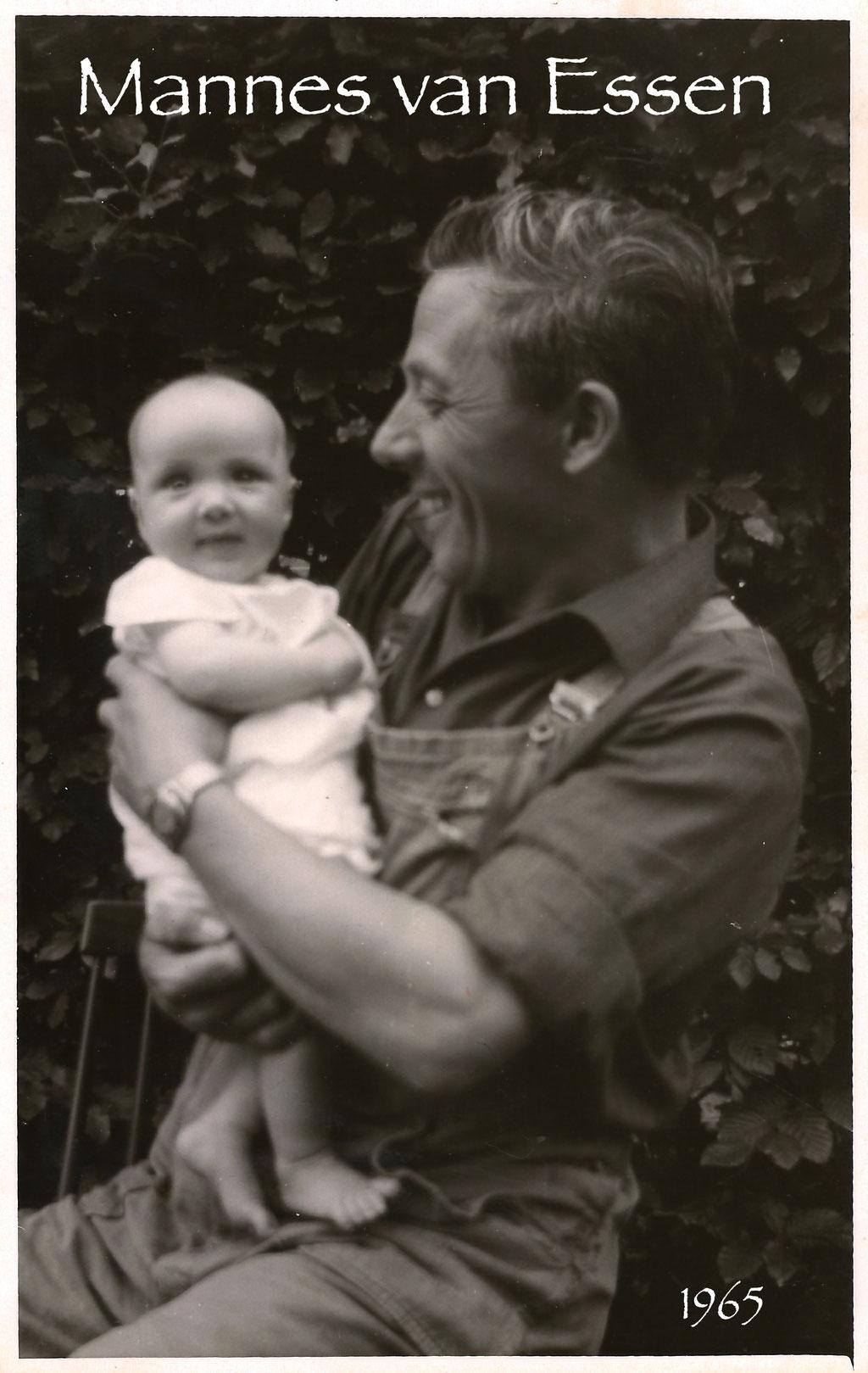 Hoe liefdevol kan een vader naar zijn kind kijken.... Ik was me duidelijk nog niet bewust van deze grote rijkdom. Met het schrijven van 'Jouw Ogen' heb ik deze foto voor ogen gehad..